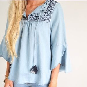 Tops - 🌵☀️💕 Chambray boho vibe embroidered tassel top